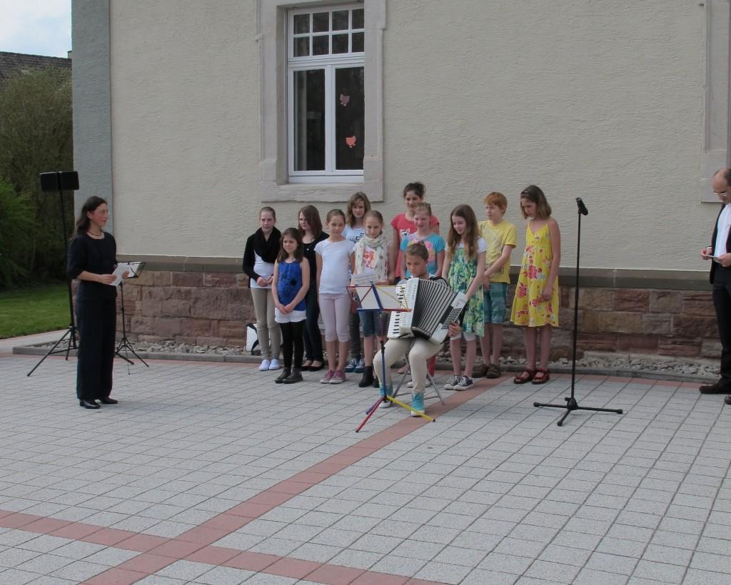 Der Schulchor des Ludwig-Wilhelm-Gymnasiums umrahmt die Feierstunde am Kantorenhaus