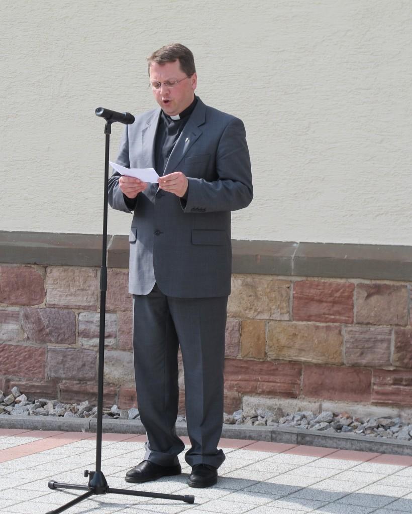 Pfarrer Ralf Dickerhof, zusammen mit Marcel Müller treibende Kraft des Rastatter Initiativkreises, begrüßt die zahlreichen Gäste