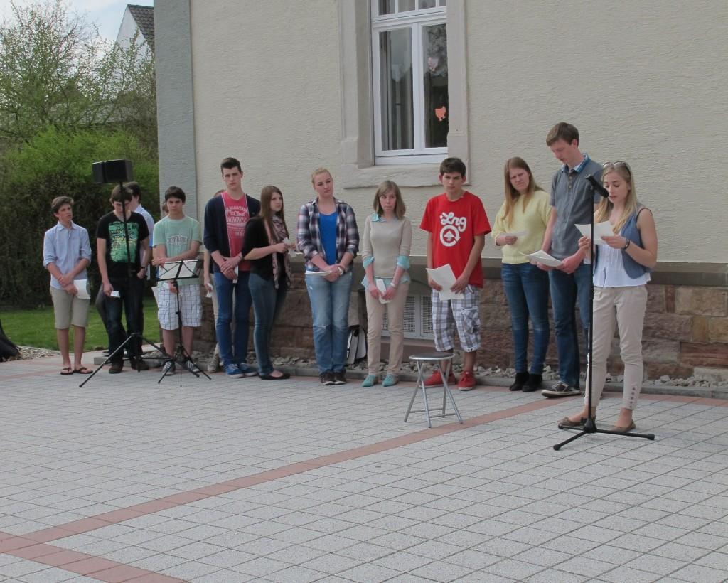 Schüler des LWG verlesen die Namen der Opfer und deren Lebensläufe