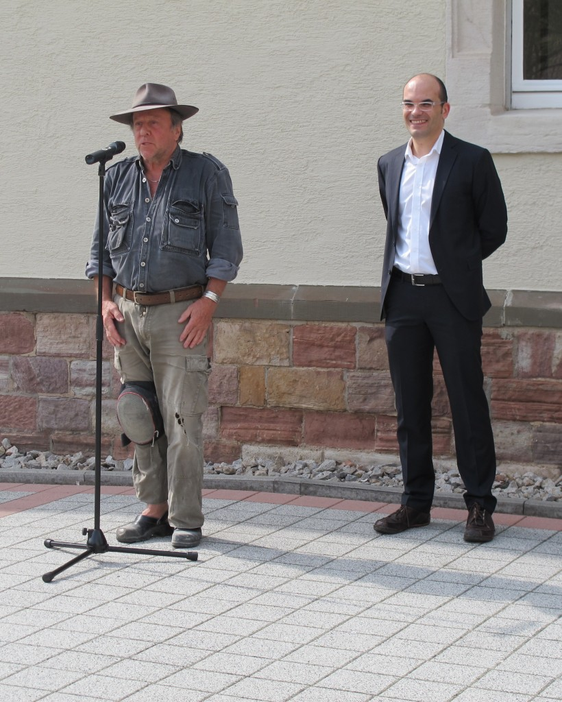 Der Künstler Gunter Demnig, von dem die Idee der Stolpersteine stammt, mit Marcel Müller (rechts)