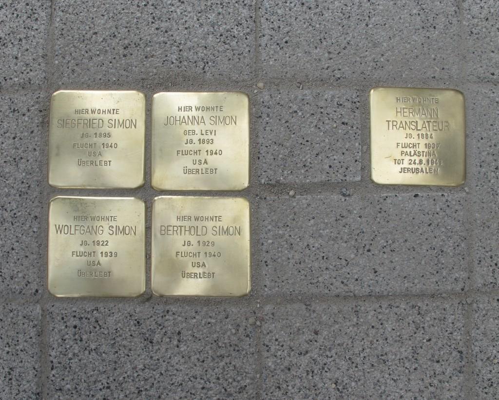 Die ersten fünf Stolpersteine, die am Kantorenhaus verlegt wurden, erinnern an Kantor Hermann Translateur und die Familie seines Nachfolgers Siegfried Simon