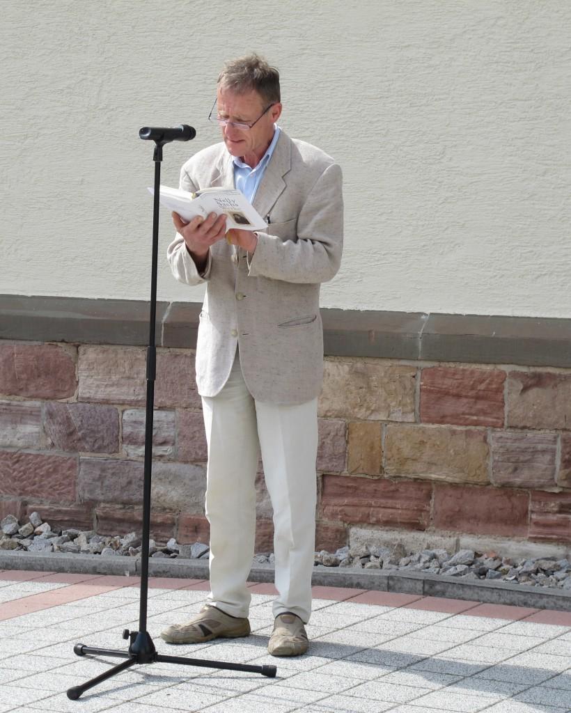 Stadtrat Horst Jochim rezitiert ein Gedicht von Nelly Sachs